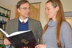 Kay Timm, ehem. Vorstandsvorsitzender, und Simone Habendorf, Leiterin des Stadtarchivs, mit dem Stifterbuch