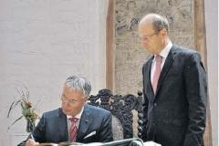 Bernd Zorn trägt sich in Anwesenheit des OB ins Stifterbuch ein
